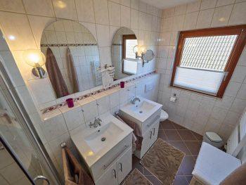 Duschbad mit zwei Waschbecken